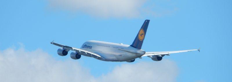 Start eines A380 in die Wolken
