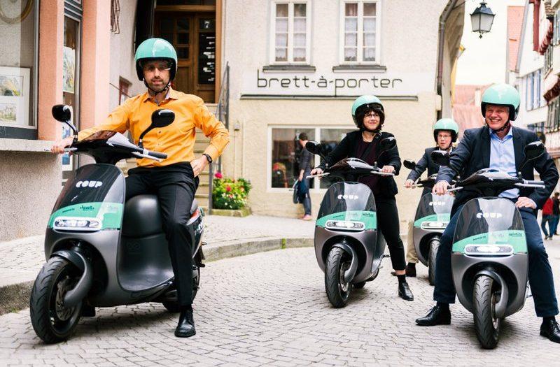 Die ersten Meter mit COUP in Tübingen fuhren (v.l.n.r.): Oberbürgermeister Boris Palmer, Elke Gold (teilAuto), Thomas Mauer (COUP) und Ortwin Wiebecke (swt)