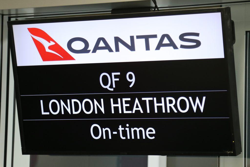 Anzeigetafel, die QF9 London Heathrow von Qantas ankündigt